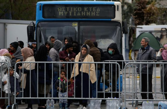 Greece blocks 35,000 migrants, plans to deport arrivals after March 1