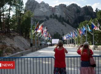 Mount Rushmore: Trump to host 4 July event despite virus concerns